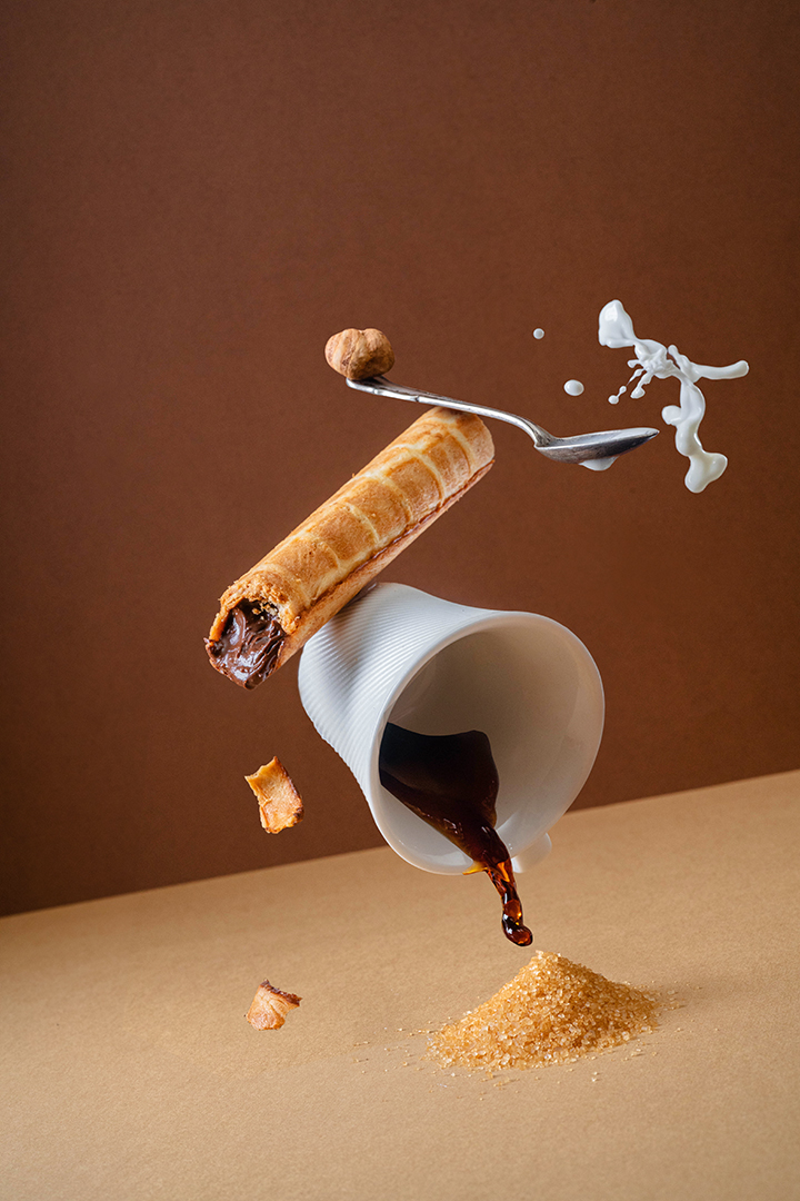 фуд композиция, чашка кофе, сахар, вафельная трубочка, молоко, фуд-фотограф трубоч